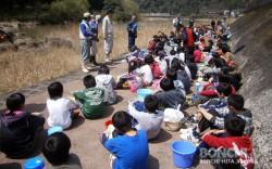 東渓小学校で鮎の放流体験