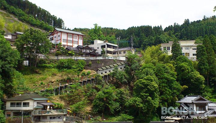 高塚地蔵尊 緑に包まれた高塚地蔵尊 地元というより、九州各地あるいは全国からの参拝者... 緑に