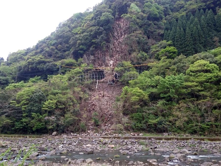 大山川対岸から見た崩壊の状況