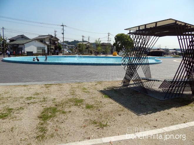 プールのそばには屋根つきベンチ