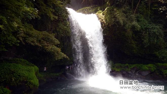 滝の裏側を通ることができる慈恩の滝