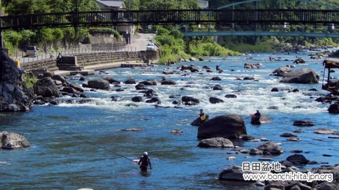 天ヶ瀬温泉街のな中を流れる玖珠川は鮎釣りでいっぱい